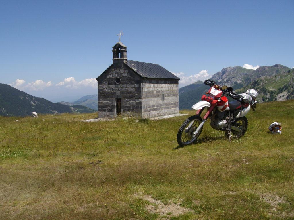 Crkvica na prevoju prama Carinama.